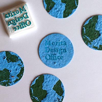地球型の再生紙と手作りハンコの写真