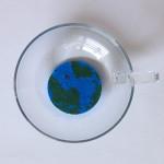 水に浸した地球型の再生紙