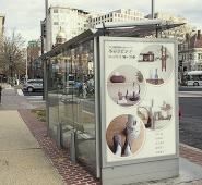 バス停の広告写真